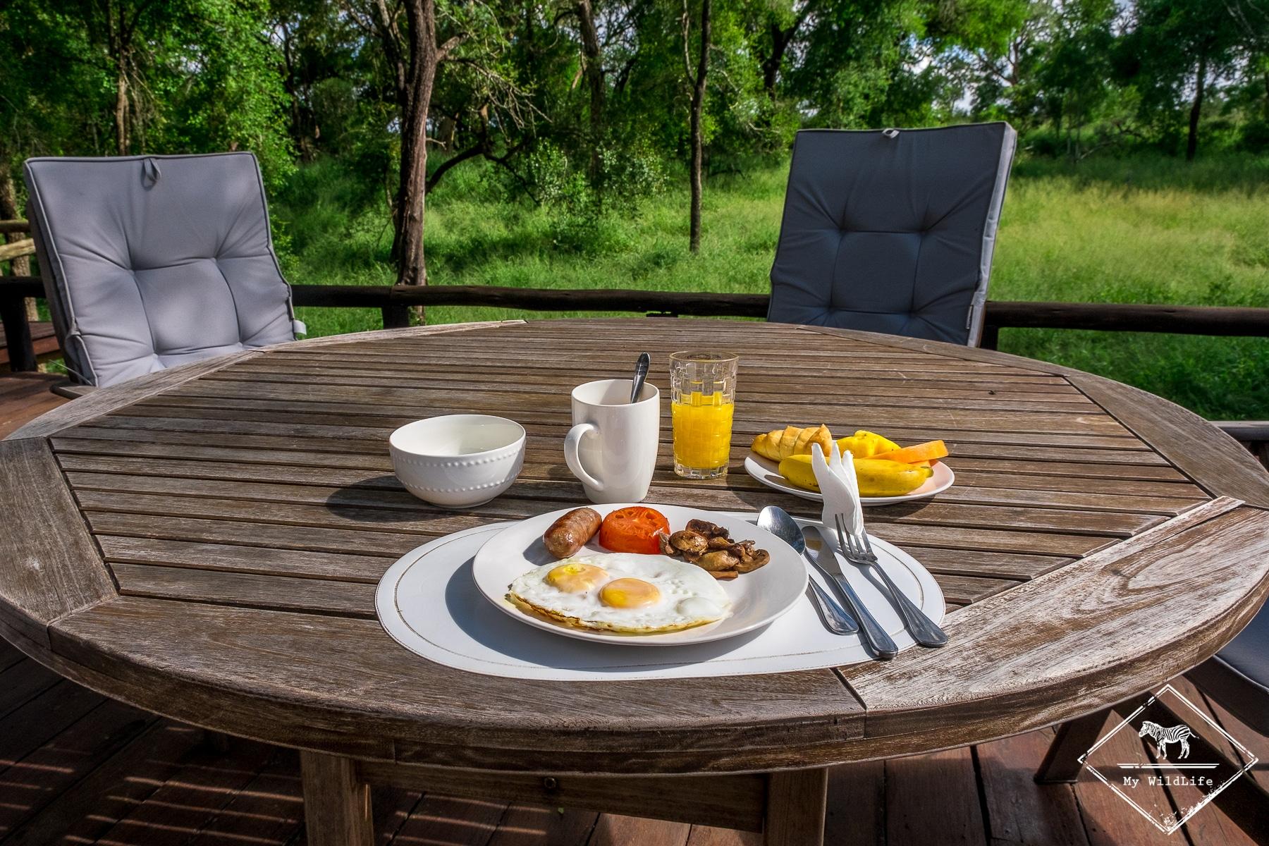 Petit-déjeuner au Ndzhaka Tented Camp